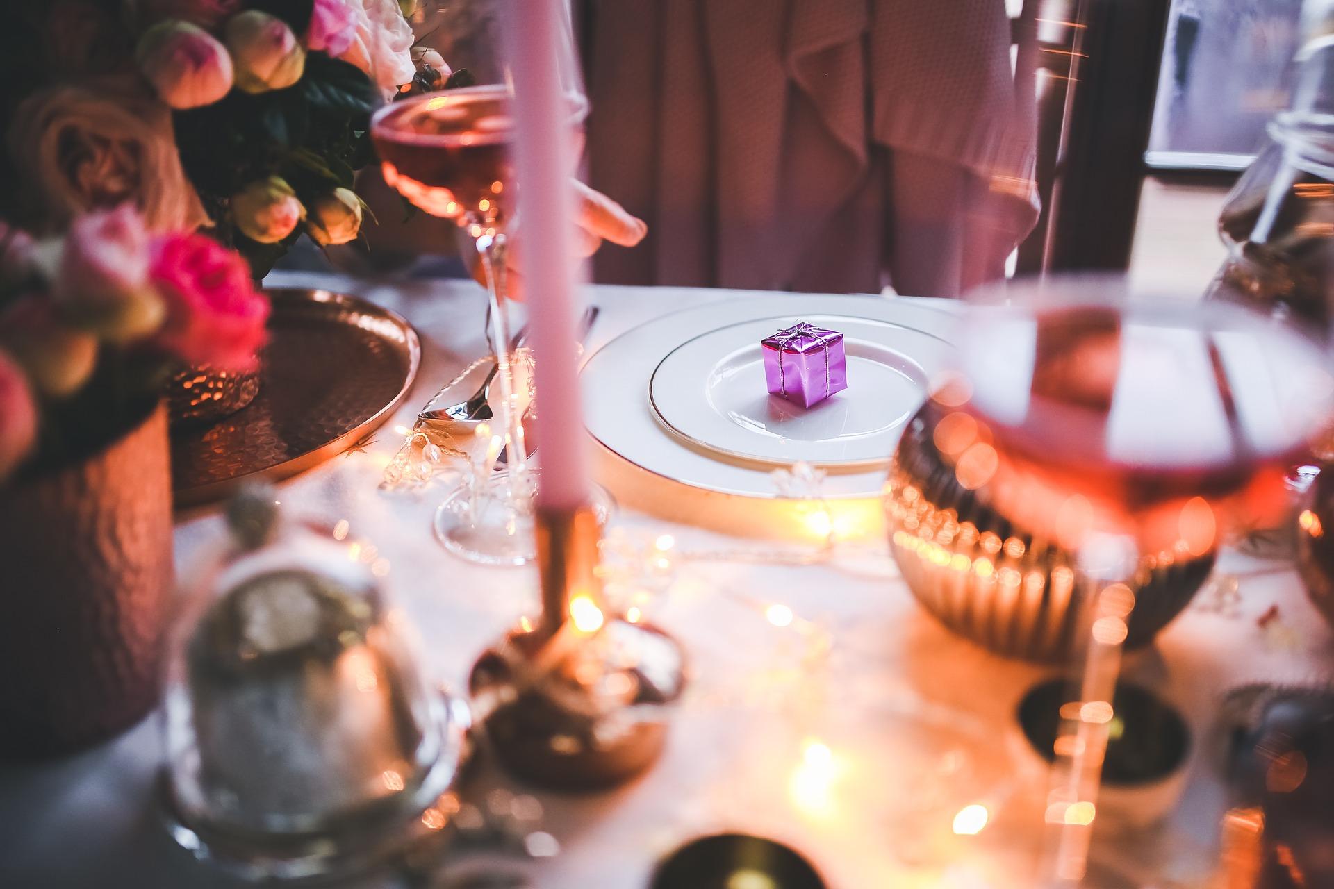 """Si les fêtes de fin d'année sont souvent synonymes d'excès, n'oubliez pas d'adapter vos repas si vous souffrez d'hypertension artérielle. Bien entendu, faire attention n'est pas synonyme de privation ! Dans cet article, nous vous aidons à y voir plus clair. Qu'est-ce que l'hypertension artérielle ? Maladie chronique la plus fréquente en France selon l'Inserm, elle se caractérise par une pression anormalement élevée du sang dans les vaisseaux sanguins. Si cette maladie est généralement dite """"silencieuse"""", elle est pourtant loin d'être anodine. En effet, elle est l'une des principales causes de complications cardiovasculaires, cérébrovasculaires ou neurodégénératives. L'hypertension artérielle se mesure en millimètres de mercure (mmHg) et est caractérisée par deux types de valeurs : La valeur haute, qui correspond à la pression au moment où le cœur se contracte (pression systolique) La valeur basse, qui correspond à la pression dans les vaisseaux entre deux contractions cardiaques (pression diastolique) Une alimentation déséquilibrée (notamment trop chargée en sel et en matières grasses), le surpoids, la consommation de tabac, d'alcool, la sédentarité,... constituent les principaux facteurs de risque de l'hypertension. Les aliments (trop) salés à éviter si vous souffrez d'hypertension Le sel est l'un des principaux ennemis de la pression artérielle, car il favorise la rétention d'eau, qui s'accumule alors dans votre organisme et participe à une élévation de la pression artérielle. Voici une liste d'aliments contenant trop de sel (parfois caché) à consommer avec modération si vous souffrez d'hypertension : Le pain et les céréales Selon Ameli, """"environ 80 % du sel est incorporé dans le pain, les céréales que l'on prend au petit déjeuner"""". Faites donc attention à ces aliments parfois trompeurs ! Privilégiez le pain de seigle ou le pain complet (mais pas à tous les repas). Les plats préparés Bien que pratiques, les plats préparés sont une mine de sel ! Avec en moyenne 3 g"""